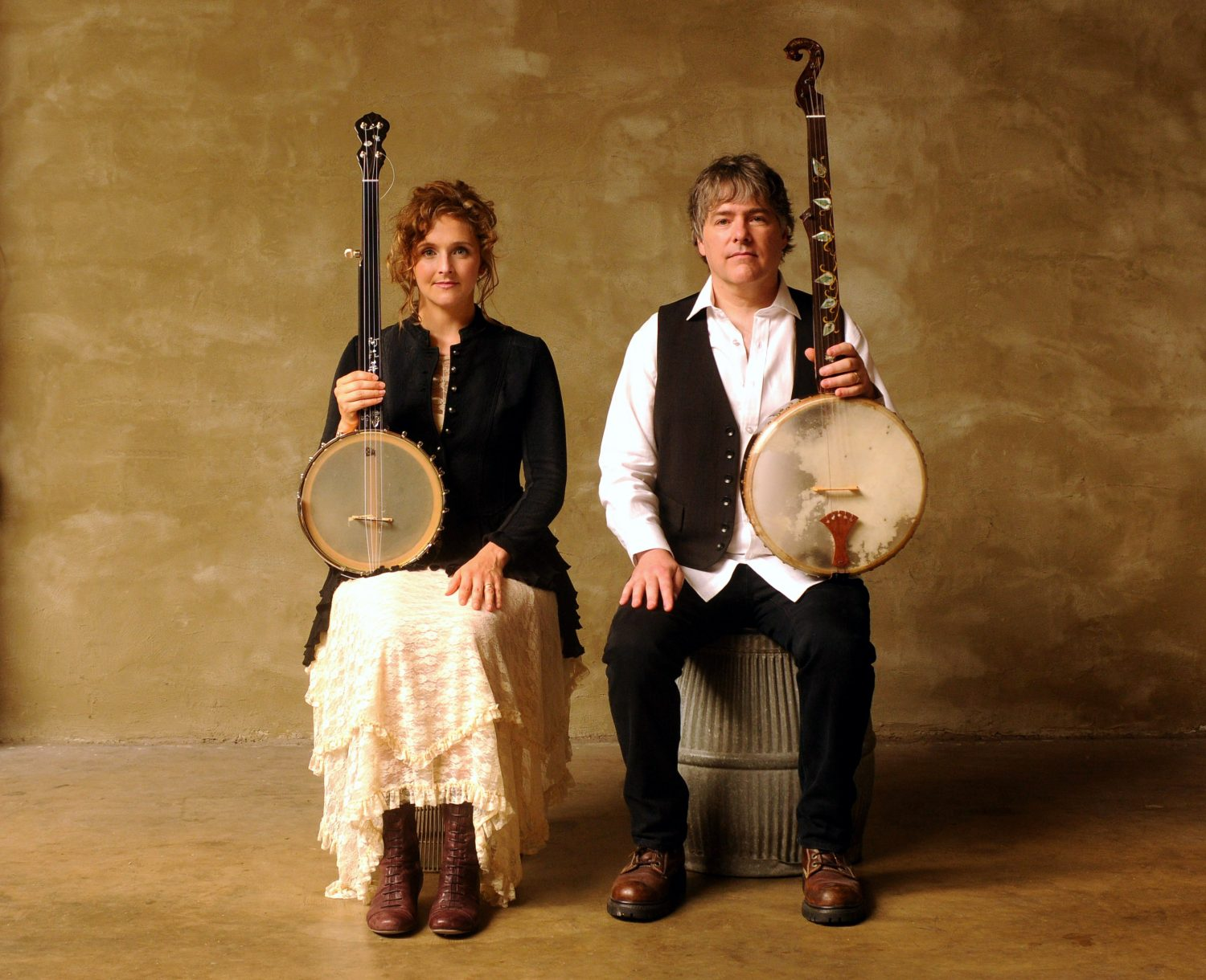 "Béla Fleck and Abigail Washburn Deliver Costumed Banjo Duet on ""The Final Countdown"""