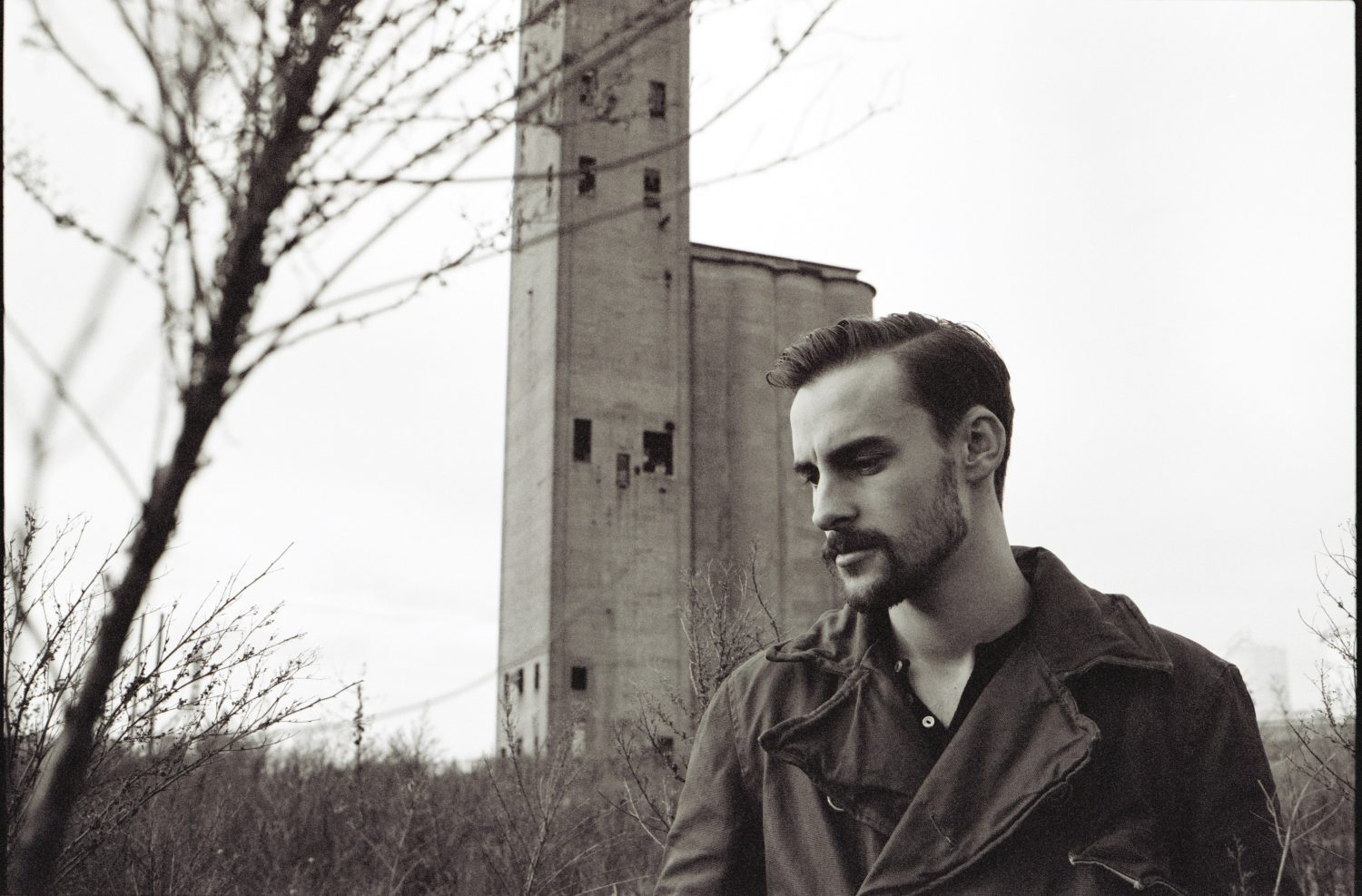 "Robert Ellis Covers Richard Thompon's ""Tear-Stained Letter"" on Deluxe LP"