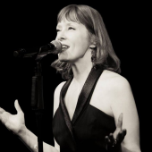 "Suzanne Vega Covers Lou Reed's ""Walk on the Wild Side"" on New Live Album"
